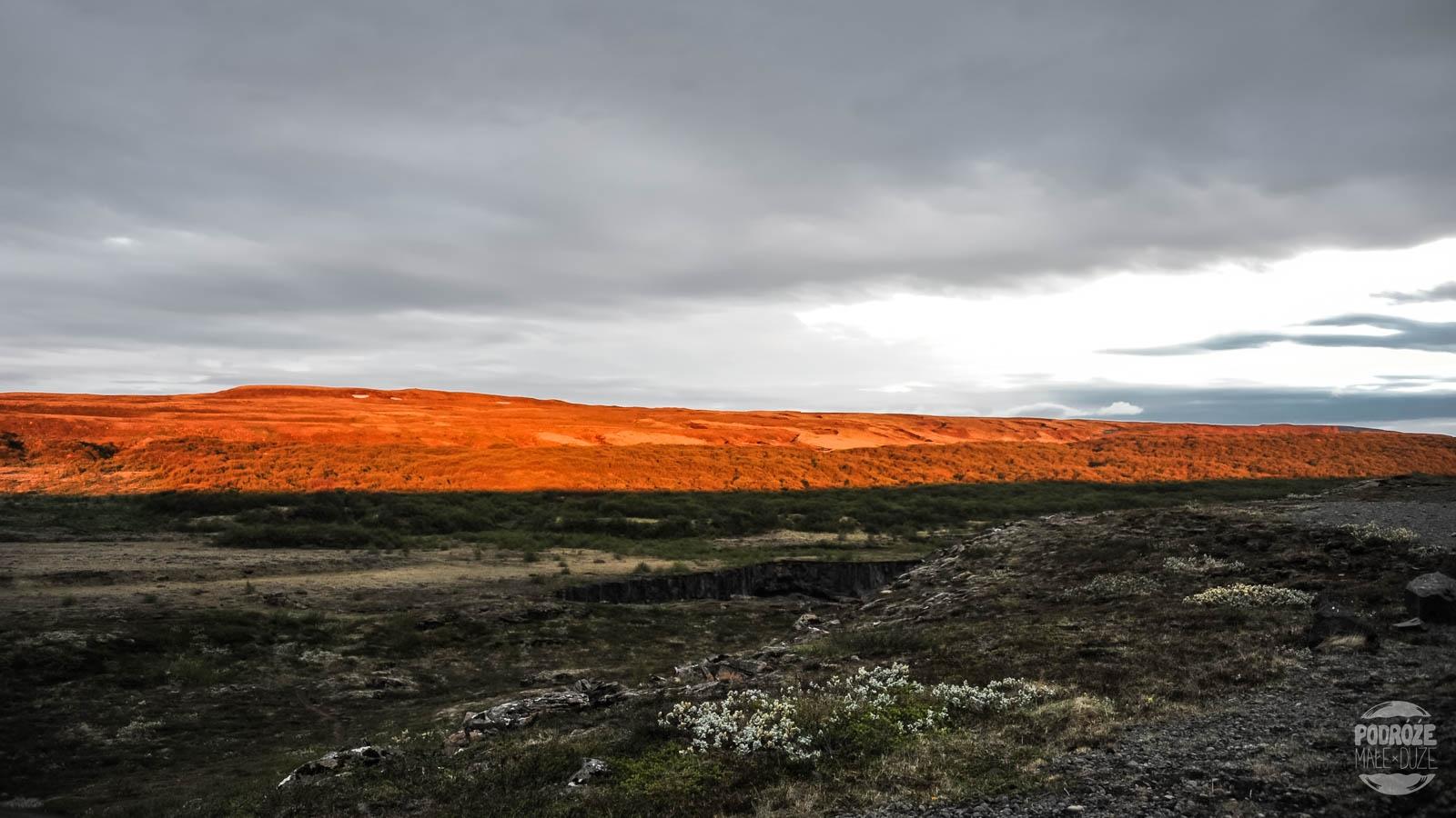 o której robi się ciemno na Islandi