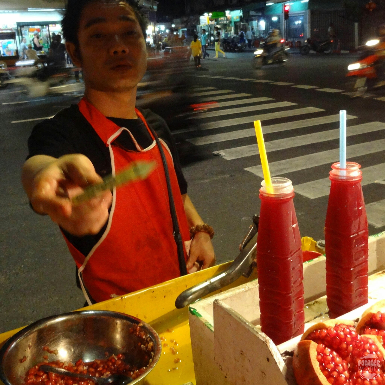 Street Food w China Town. Bangkok. Sok z granatów