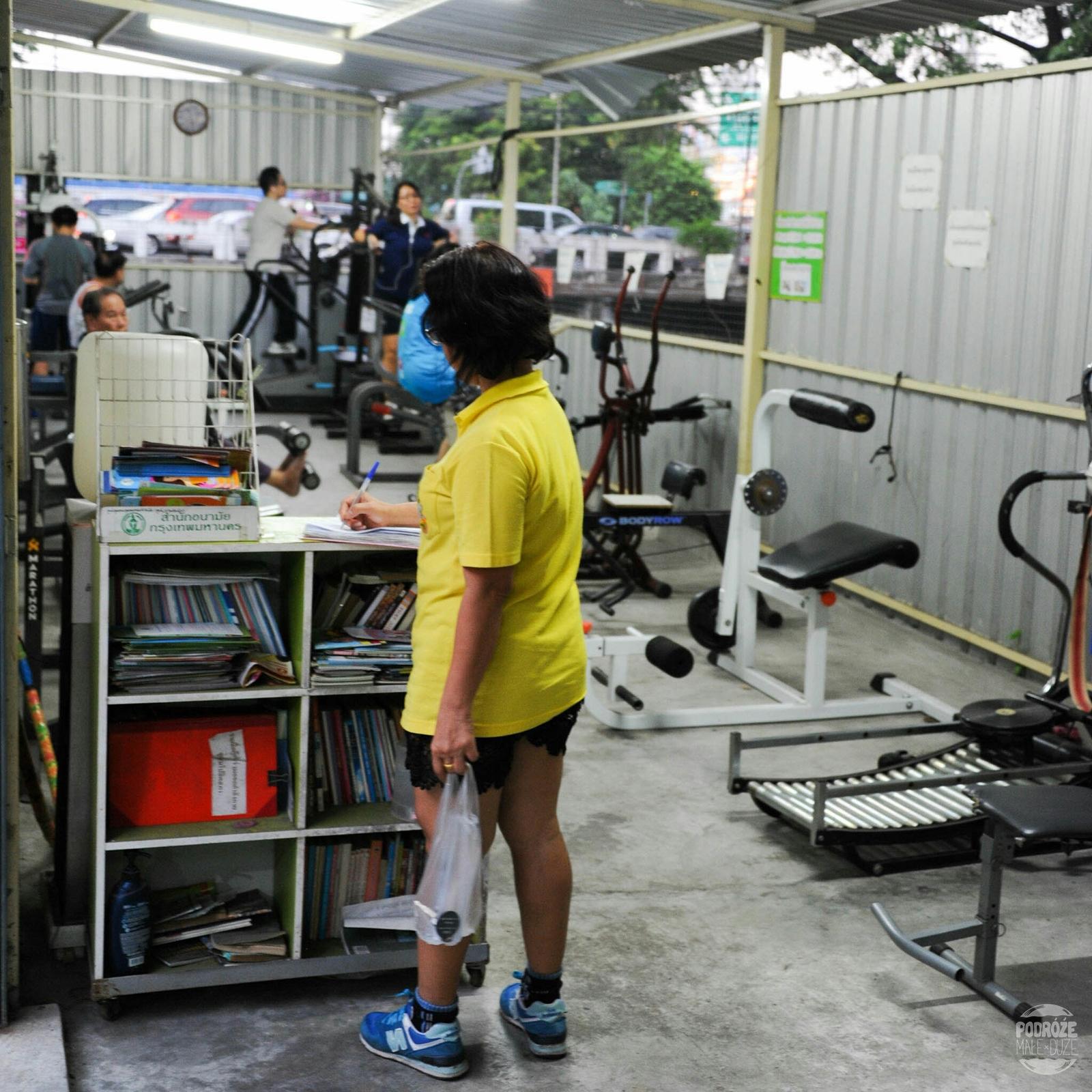 Lokalna siłownia. Bangkok. Dzielnica China Town. Tajlandia podczas podróży Azja z plecakiem.