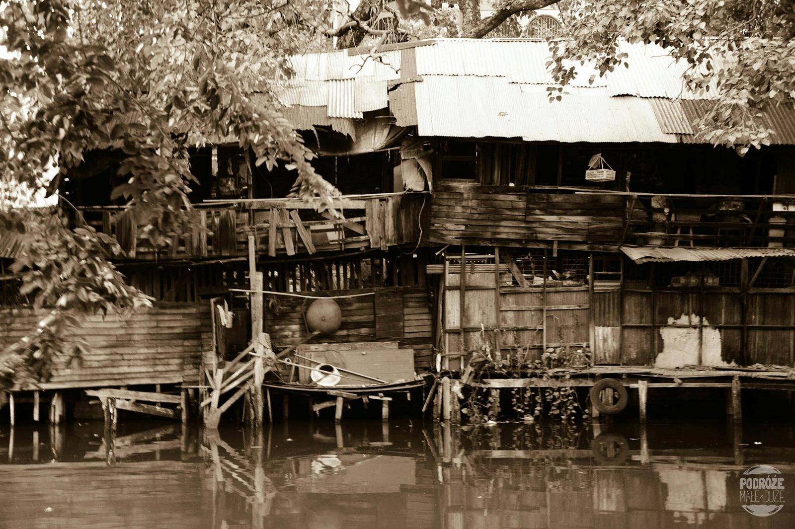 Ulice Bangkoku. Dzielnica China Town. Tajlandia podczas podróży Azja z plecakiem.