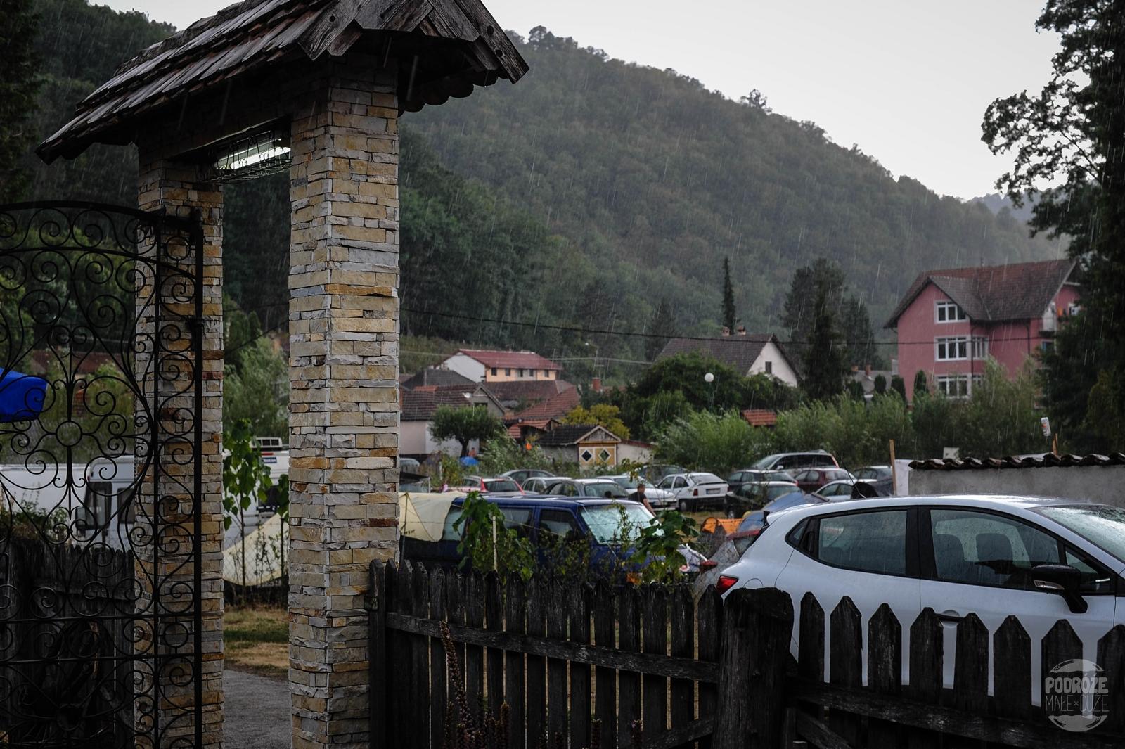 Serbia festiwal trąb w Guca deszcz