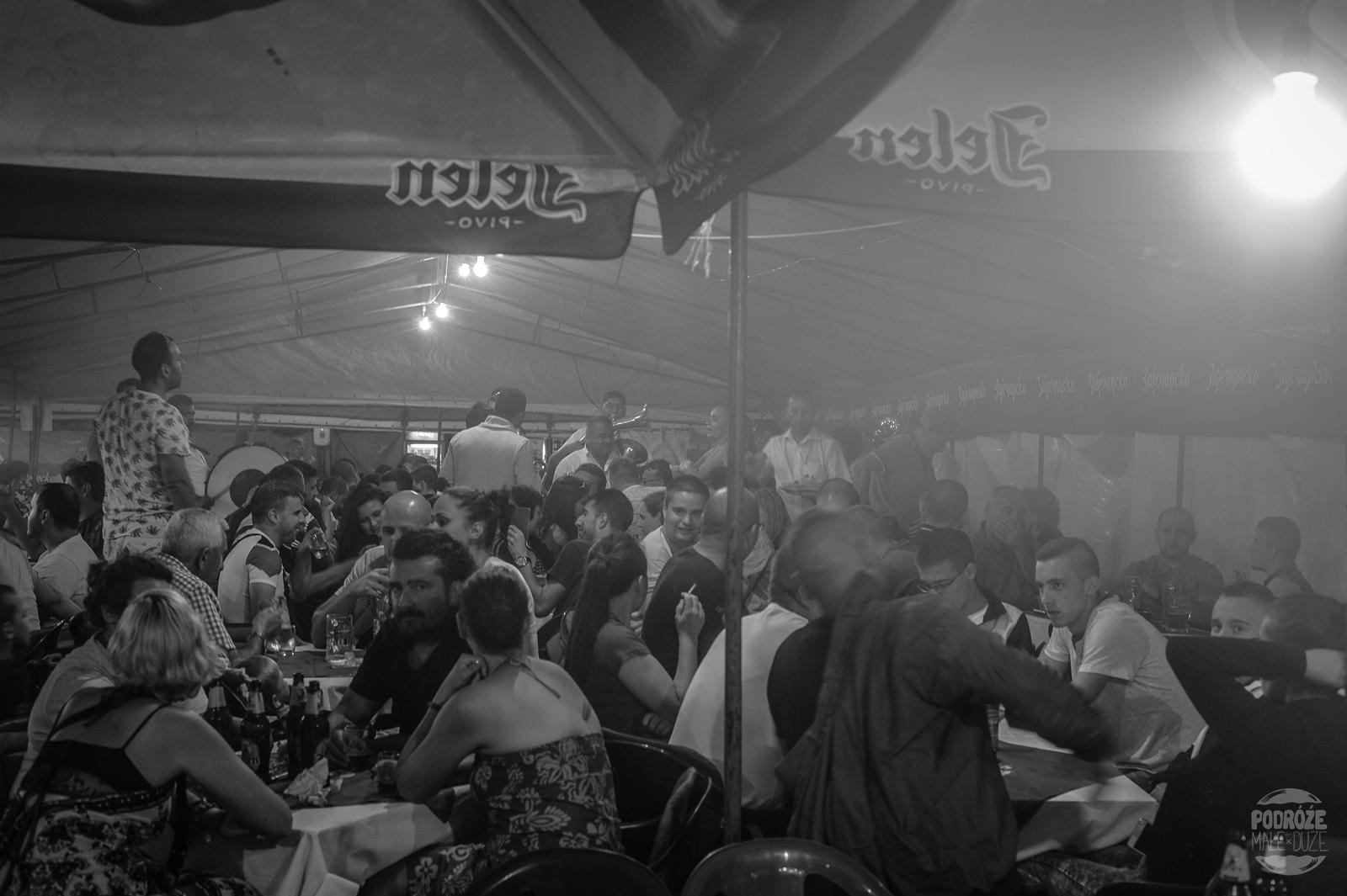 Serbia festiwal trąb w Guca knajpa