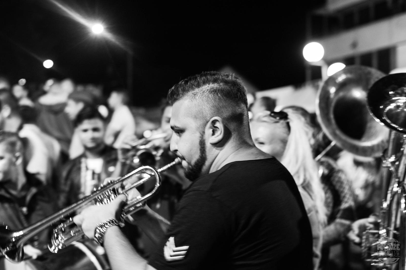 Serbia festiwal trąb w Guca trębacz