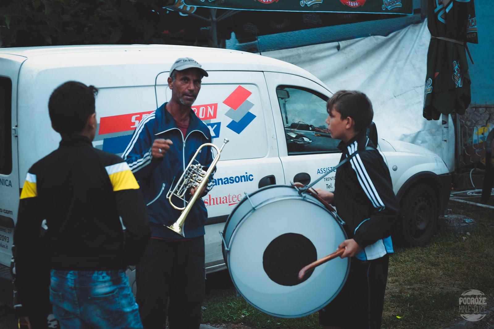 Serbia festiwal trąb w Guca muzycy